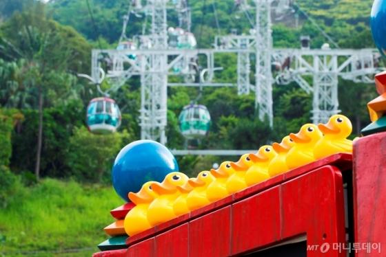 홍콩 오션파크는 '썸머 스플래시' 기간(7월1~8월27일) 러버덕으로 유명한 홍콩 대표 장난감 브랜드 엘티 덕과 협업해 관광객에게 동심 여행을 선사한다. /사진제공=홍콩 오션파크<br />