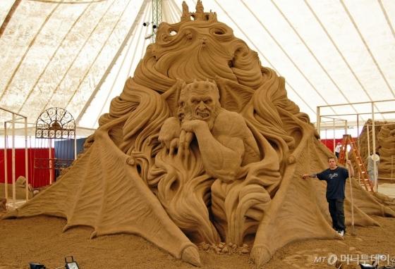 홍콩 오션파크 내 어플로즈관에 선보이는 세계적인 조각가 레이 발라판의 대형 모래 조각 작품. /사진제공=홍콩 오션파크<br />