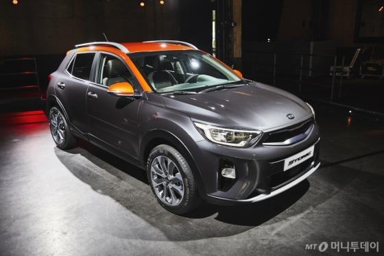 기아자동차가 지난 20일(현지시각) 소형 SUV(다목적스포츠용차량) '스토닉'을 전세계 최초로 유럽에서 공개했다. /사진제공=기아차