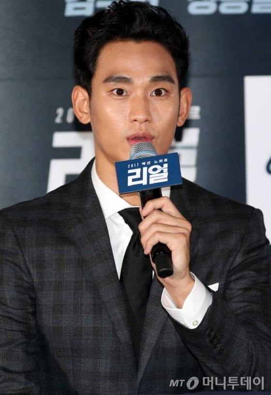 김수현이 26일 오후 서울 성동구 CGV왕십리에서 열린 영화 '리얼' 언론시사회에 참석해 취재진의 질문에 답하고 있다.