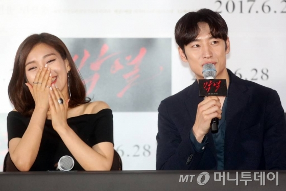배우 이제훈과 최희서가 13일 서울 동대문 메가박스에서 열린 영화 '박열' 언론시사회에 참석해 포즈를 취하고 있다.