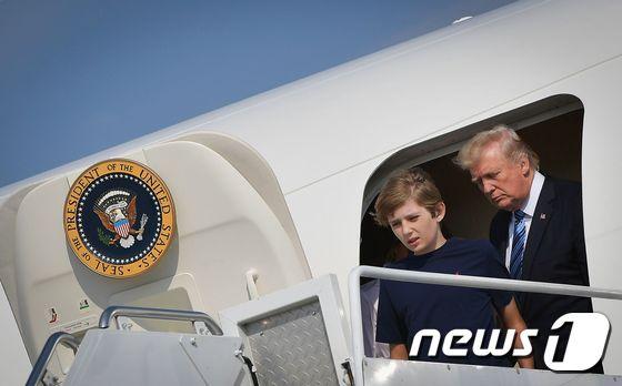 도널드 트럼프 미국 대통령과 아들 배런이 30일 (현지시간) 뉴저지 주 베드민스터 골프클럽에서 주말을 보내기 위해 모리스타운에 도착하고 있다. /AFP=뉴스1