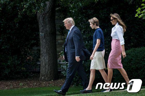 도널드 트럼프 미국 대통령과 부인 멜라니아 여사, 아들 배런이 30일 (현지시간) 뉴저지 주 베드민스터 골프클럽에서 주말을 보내기 위해 워싱턴 백악관을 떠나고 있다. / AFP=뉴스1