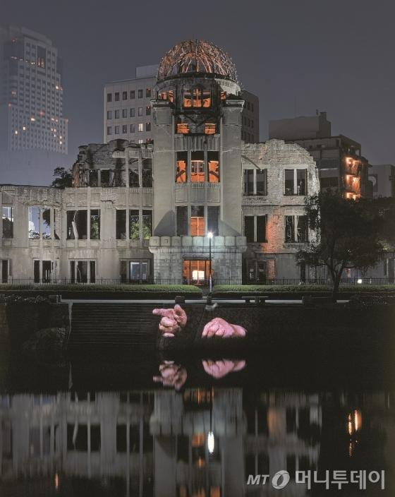 일본 히로시마 원자폭탄 투하를 기억하기 위해 히로시마 평화 기념공원 원폭 돔에 설치된 보디츠코의 작품 '히로시마 프로젝션'. 피폭 피해자들의 증언을 영상으로 구성했다. /사진제공=국립현대미술관