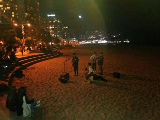 해변가에서 늦은 밤까지 공연하고 있는 부산 버스커들 /사진=포털 블로그