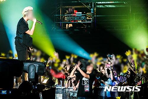한 콘서트장에서 팬들이 가수에게 호응하고 있다. /사진=뉴시스