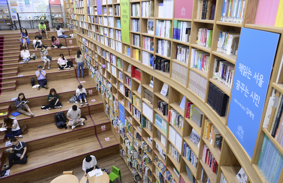 4일 오후 서울도서관에서 시민들이 장마와 더위를 피해 독서를 하고 있다. /사진=뉴스1