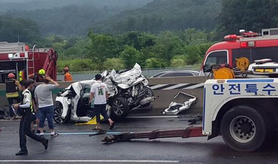 지난 9일 오후 2시 46분쯤 서울방면 경부고속도로 만남의 광장 맞은편에서 버스와 승용차 등 6중 추돌 사고가 발생해 10여명의 사상자가 발생했다./사진=뉴스1
