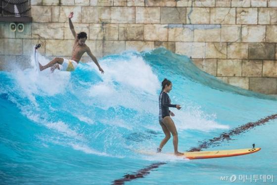 캐리비안베이의 야외 파도풀에서 올해 처음 선보이는 '리얼 서핑'. /사진제공=에버랜드<br />