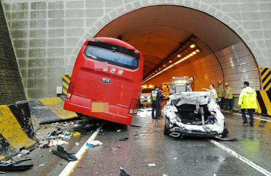 강원도 평창군 영동고속도로 봉평터널 입구(인천방향)에서 버스 1대가 승용차 5대를 잇따라 추돌한 사고가 발생했다.(강원경찰청제공) /사진=뉴스1