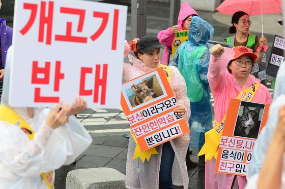 8일 오후 서울 종로구 인사동 주변에서 열린 복날반대 시민행진에서 참가자들이 개고기 시장 완전철폐를 촉구하고 있다./사진=뉴스1