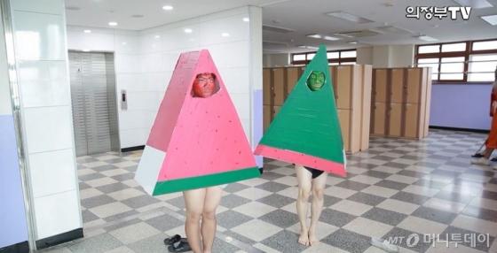 쌍끌이 인기 중인 원조 수박바와 거꾸로 수박바. /사진='의정부TV' 영상