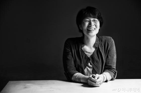 탁월한 상상력과 순 문학에 버금가는 글쓰기로 2004년 데뷔때부터 이름을 날린 김보영 작가가 최근 두번째 장편소설 '저 이승의 선지자'를 내놓았다. 사후세계를 소재로 주신과 젊은 신의 대결을 통해 균형의 가치를 모색하고 싶었다는 게 작가의 전언이다.