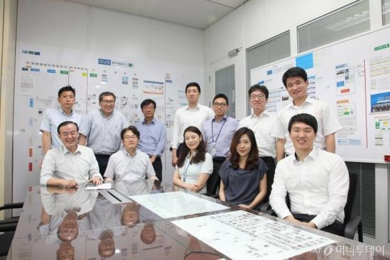 서성호 실장(사진 첫째줄 맨 왼쪽)과 KDB산업은행 벤처기술금융실 직원들.  /사진제공=KDB산업은행