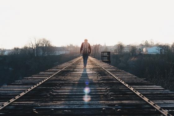 철도를 따라 걷는 여행자