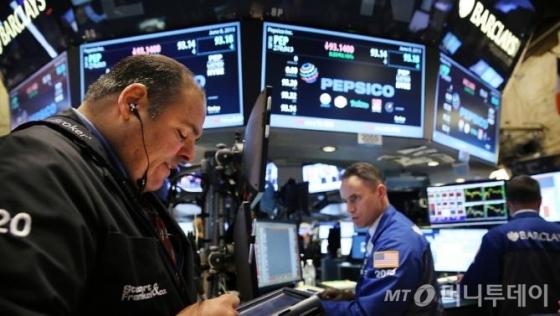 [뉴욕마감]뉴욕증시, 은행주 부진에도 상승...다우·S&P, 사상 최고가