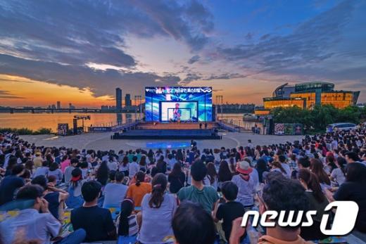 서울시가 주최한 한강몽땅 사진 공모전 대상 수상작인 ''노을이 있는 콘서트''(서울시 제공)© News1