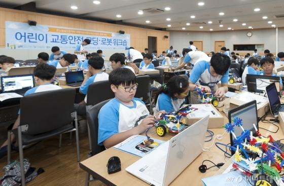 르노삼성자동차는 지난 15일 서울 지역 초등학생을 대상으로 '어린이 교통안전 코딩 & 로봇 워크숍'을 개최했다. /사진제공=르노삼성자동차