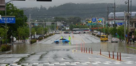 16일 오전 충북 일부지역에 시간당 80mm가 넘는 폭우가 쏟아지면서 증평군의회 인근 도로가 범람해 통제되고 있다./사진=뉴스1