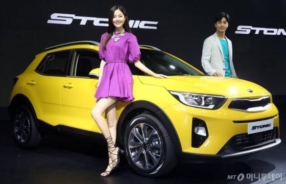 기아자동차가 13일 오전 서울 광진구 광장동 그랜드 워커힐 서울에서 소형 SUV '스토닉'을 선보이고 있다. /사진=이기범 기자'스토닉'은 1.6 VGT 디젤엔진과 7단 DCT가 기본 탑재됐으며,  판매가격은 1,895만 원부터 2,265만 원이다.