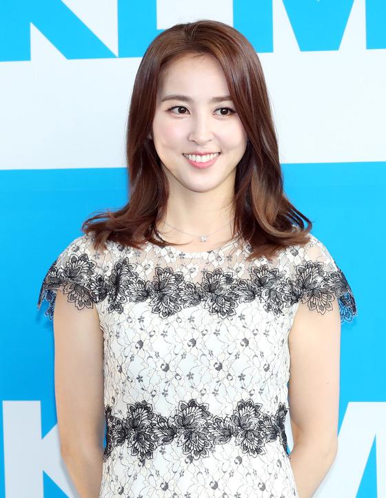 배우 한혜진이 서울 이태원에서 열린 한 항공사 홍보대사 위촉식에 참석해 포즈를 취하고 있다. /사진=뉴스1
