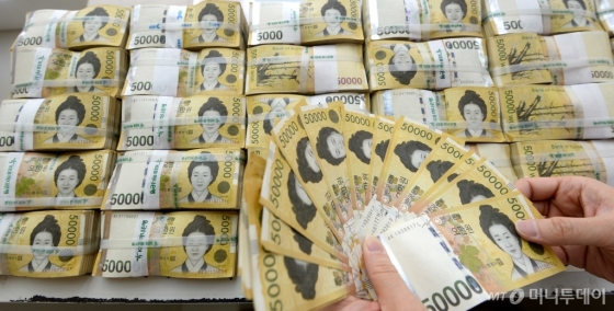 서울 중구 을지로 KEB 하나은행 본점에서 관계자가 5만원권 지폐를 정리하고 있다. /사진제공=뉴시스
