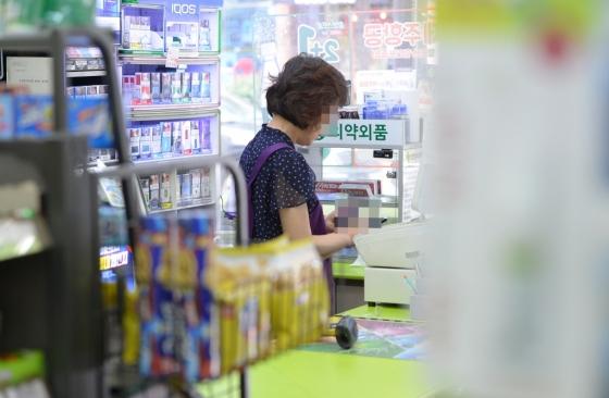 6일 서울 종로구 한 편의점에서 아르바이트 직원이 근무를 하고 있다. 최저임금위원회는 지난 15일 11차 전원회의를 열고 내년도 최저임금을 7530원(월 157만3770원)으로 의결했다고 밝혔다./사진=뉴스1