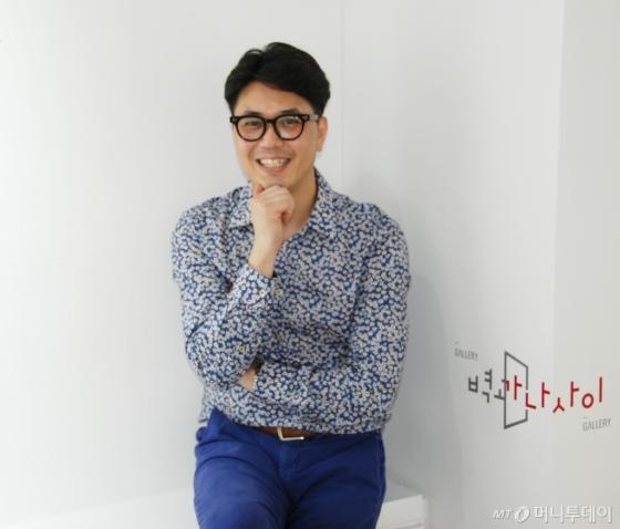 17일 오후 서울 마포구 벽과나사이갤러리에서 만난 정영환 작가. /사진=구유나 기자