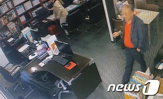 한 남성이 울산 중구 소재 공인중개업소에서 금품을 훔친 뒤 입구로 나서고 있다.(울산 중부경찰서 제공). /사진=뉴스1