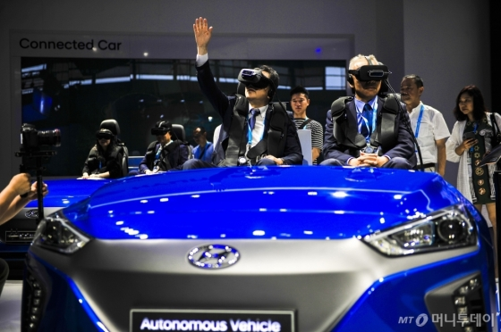 지난달 8일 중국 상하이에서 열린 국제전자제품박람회(CES)에서 관람객들이 현대자동차의 자율주행기술을 체험하고 있다. /AFPBBNews=뉴스1
