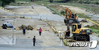 충북 청주시 상당구 성안동 무심천변 하상주차장에서 시청 관계자들이 복구작업을 펼치고 있다/사진=뉴스1