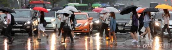 [내일 날씨]전국 흐리고 비… 무더위 지속