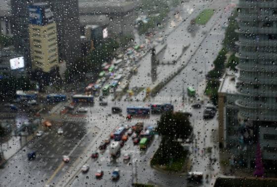 서울 중구 프레스센터 창문에 빗방울이 맺혀있다. /사진=뉴시스