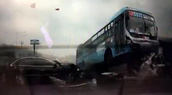 9일 오후 2시46분 서울 방면 경부고속도로 양재나들목 인근에서 광역버스가 다중 추돌사고를 내 10여명의 사상자가 발생했다. /사진제공=뉴스1