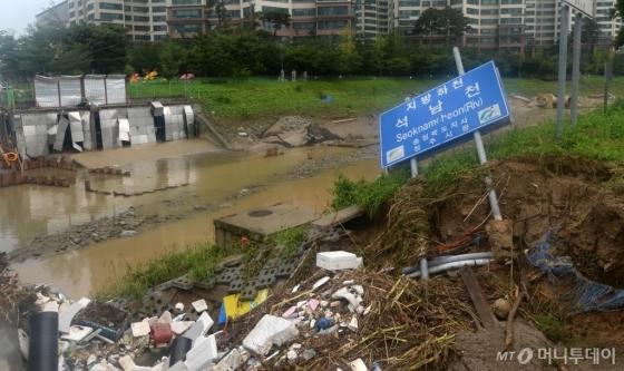 청주에 지난 16일 시간당 최대 90mm가 넘는 폭우가 쏟아져 주택과 도로 침수, 인명피해, 고립, 정전, 단수 등 피해가 속출했다. /사진제공=뉴시스