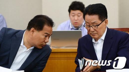 박지원 국민의당 전 대표와 이용주 의원. 2017.7.4/뉴스1 © News1 허경 기자