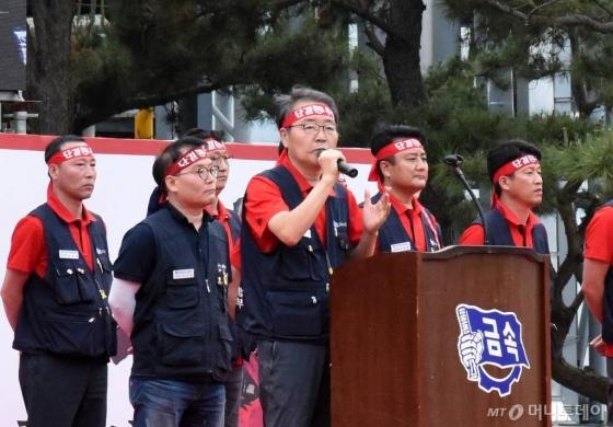 지난달 13일 현대차 노조가 울산공장에서 올해 단체교섭 출정식을 개최한 가운데 박유기 노조지부장이 대회사를 하고 있다./사진=뉴시스(울산)