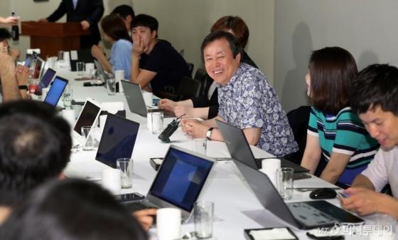 도종환 문화체육관광부 장관이 취임 1달 째를 맞은 19일 서울 중구의 한 식당에서 간담회를 열고 기자들과 대화하고 있다. /사진=뉴스1<br />