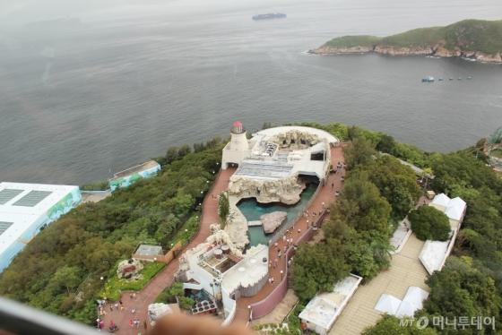 홍콩 오션파크는 산과 바다를 모두 끼고 있는 세계 유일의 '자연경관 테마파크'다. 케이블카이나 어트랙션(놀이기구)를 타며 자연경관을 함께 즐기는 재미가 남다르다. /사진=김고금평 기자<br />