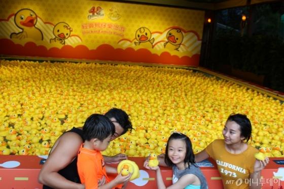 고무 오리인형 6500개가 오션파크 여름 특별 이벤트에서 선보여 아이들의 시선을 끌고 있다. /사진=김고금평 기자<br />