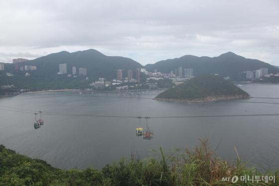 산과 바다를 가로지르는 오션파크 케이블카를 타면 도심의 이미지로 채색된 홍콩은 쉽게 잊히기 마련이다. /사진=김고금평 기자<br />