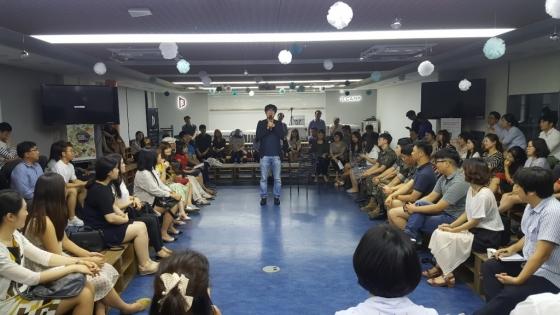 김광진(사진 가운데 마이크 든 이)은 19일 '찾아가는 직장인 인문콘서트'에서 직장인이자 음악인으로서의 진솔한 이야기를 털어놓았다. /사진=구유나 기자