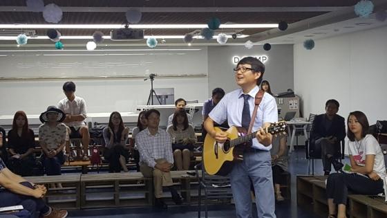 김창기가 19일 '찾아가는 직장인 인문콘서트' 강사로 참가해 기타를 치며 '엄마가 딸에게'를 열창하고 있다. /사진=구유나 기자