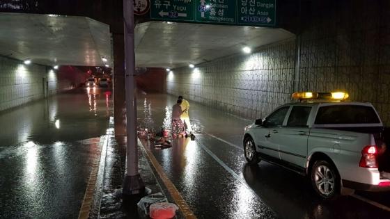 집중 호우로 충남 예산군 예산읍 산성리 지하차도가 물에 잠기자 지난 4일 예산군 직원들이 복구작업을 벌이고 있다./사진제공=뉴스1