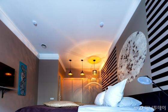 벽은 갈색으로, 천장은 흰색으로 꾸민 침실<br />  인테리어 예시