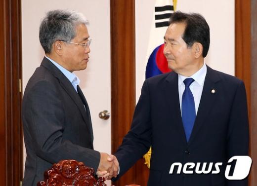 [사진]악수 나누는 정세균 국회의장과 김동철 원내대표
