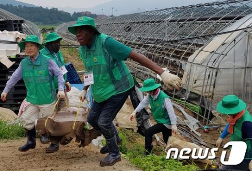 [사진]새마을운동중앙회, '앙골라 보훈처 공무원들 수해복구 도와'
