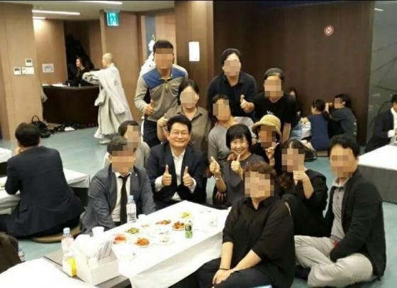 송영길(좌)·손혜원 더불어민주당 의원이 일본군 위안부 피해자인 고 김군자 할머니 빈소에서 기념촬영을 해 구설에 올랐다. /사진=트위터 캡처