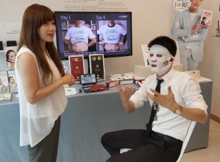 쉐리밍 '레드인 왕홍왕' 회장(사진 오른쪽)이 '시크릿810'을 체험하고 있다/사진제공=어거스트텐