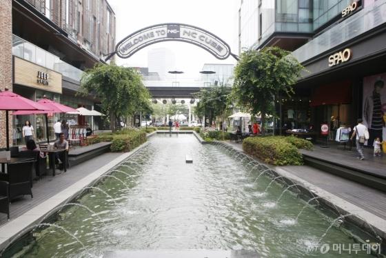 인천 송도에 위치한 커낼워크. 수로와 카페, 쇼핑 공간이 어우러져 있다. /사진=서영진<br />